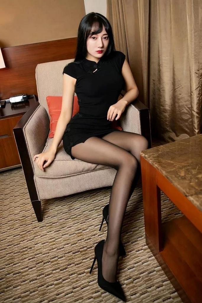 黑色职业装秀大长腿美女-天使学社